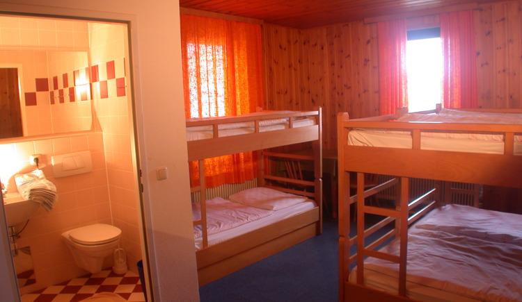 Mehrbettzimmer mit Dusche, WC, TV (© Familie Winterauer)