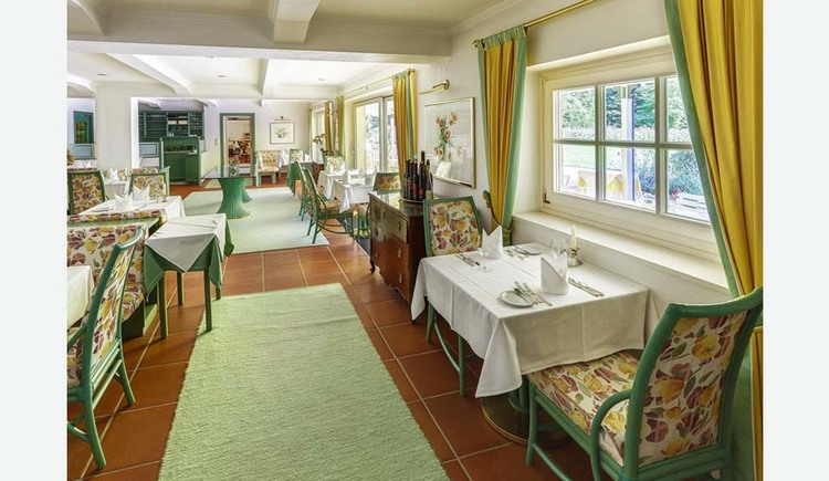 Covered tables, chairs, side windows. (© Hotel Seehof)