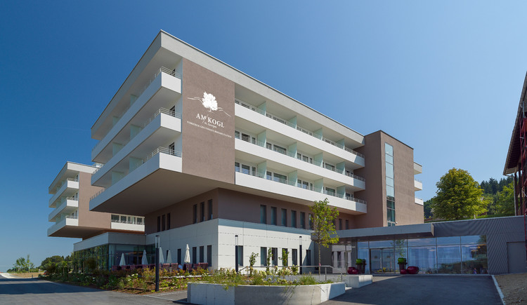 Frontansicht des neu gebauten Rehabliitationszentrum Am Kogl in St. Georgen im Atergau Salzkammergut