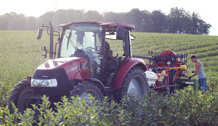 bild-1traktor-mit-lesemaschine (© Arge AroniaGut)