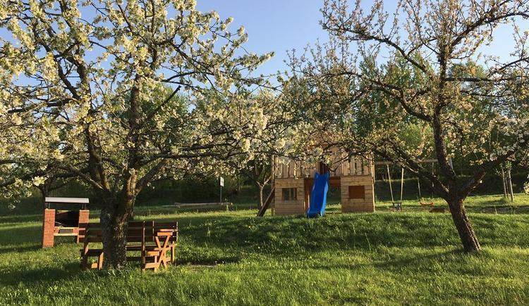Garten mit Spielhaus (© Privat)