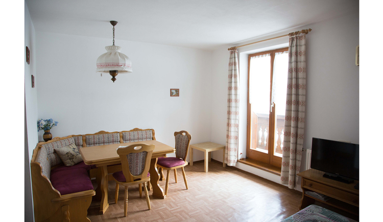Wohnbereich mit Tisch, Eckbank, Stühlen