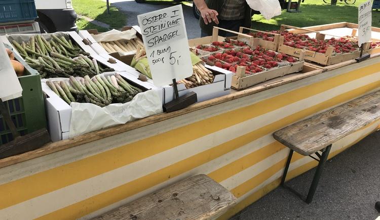 Es erwartet Sie frisches Gemüse und vieles mehr am Wochenmarkt in Hallstatt.
