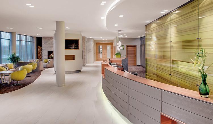 Großzügiger Rezeptions- und Lobbybereich im Hotel Kremstalerhof