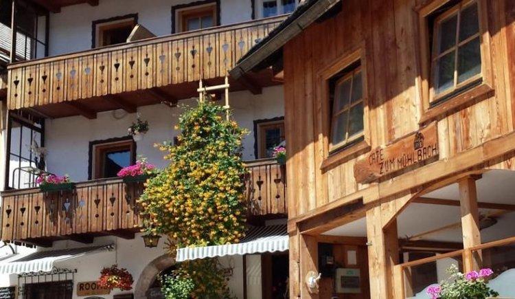 Das Café zum Mühlbach in Hallstatt ist direkt am historischen Marktplatz gelegen.