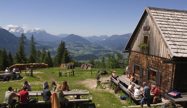 Die Gowilalm am Fuße des Kleinen Pyhrgas bietet einen atemberaubenden Blick auf das Windischgarstnertal und die umliegende Bergwelt... (© OÖ Tourismus / Erber)