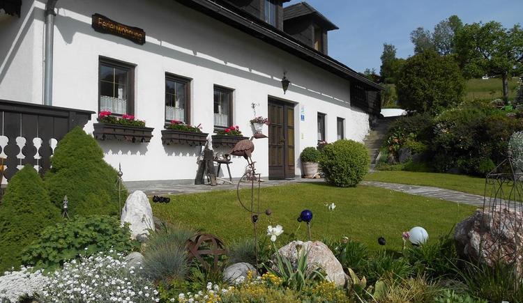 Steingarten mit Haus, Sommeransicht (© Ferienwohnung Burgi)