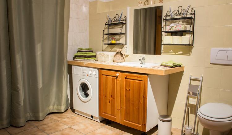 Toilette mit Waschtisch und Waschmaschine