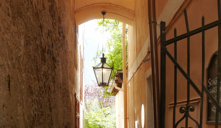 The passage to the guest garden of the Gasthof Simony in the town Center of Hallstatt.