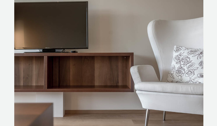 Stuhl, Regal, Fernseher
