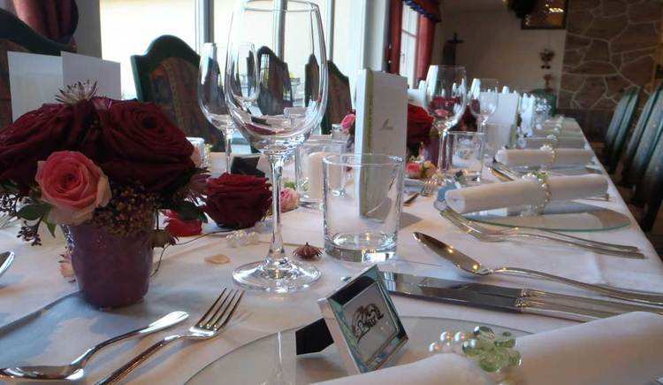 liebevoll gedeckter Tisch mit Blumen