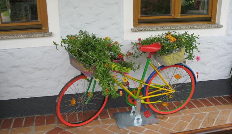 Spitzerwirt, bei uns kommen auch die Blumen mit dem Fahrradl. (© Spitzerwirt)