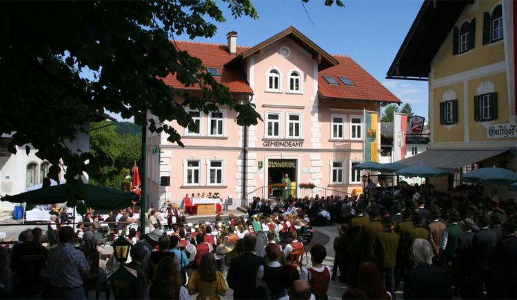 viele Menschen, im Hintergrund ein Haus. (© Tourismusverband MondSeeLand)