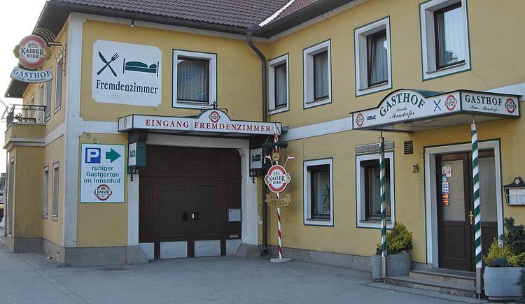 Außenansicht mit Eingang vom Gasthof Mandorfer