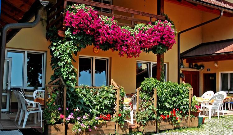 gemütlicher, schattiger Gastgarten im Innenhof (© Tourismusverband Lembach i.M.)