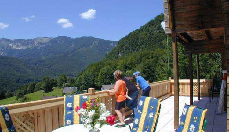 Von der großzügigen Terrasse genießen sie einen herrlichen Ausblick auf die umliegende Bergwelt. (© Rehn)