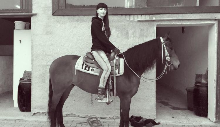 Am Pferd sitzen (© Cold Creek Ranch)