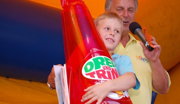 Kindumarmt Dreh- und Drinkflasche. (© www.muekis.at)