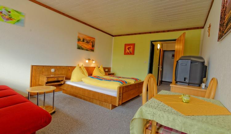 Haus Löger Windischgarsten, Schlafraum mit Doppelbett und zusätzlicher Schlafcouch. (© Sebastian Schmier)