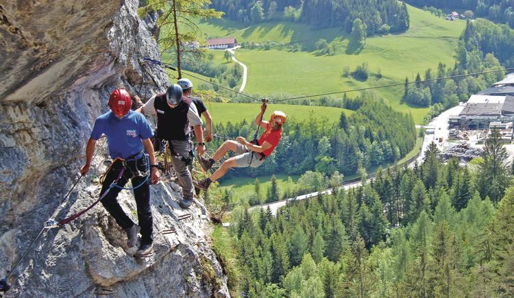 Der Tiefblick ist gigantisch! Über gut versicherte Kletterstellen und bis zu 180 m lange Seilrutschen gelangen Wir unter der Führung gut geschulter Guides zum spektakulären Hexenkessel, einem 15 m hohen Wasserfall, der in einen tiefen Kessel stürzt. Mehr verraten Wir nicht, ein Kübel voll Adrenalin ist bei diesem Abenteuer jedoch garantiert!