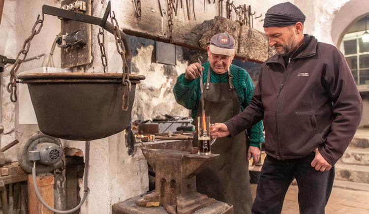 Durch das Eintauchen des glühenden Eisens karamellisiert der Restzucker und die Kohlensäure verflüchtigt sich. (© MMG_Enzenhofer)