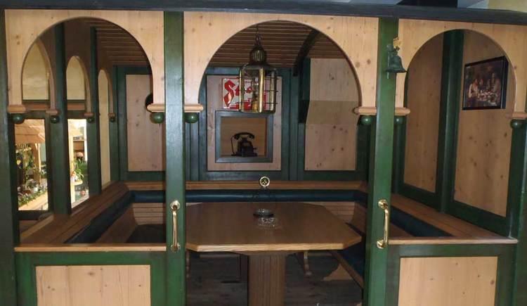 Innenbereich mit Tischen und Stühlen