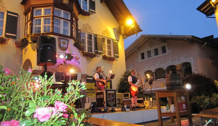 Unterhaltung mit der Musikgruppe Seewind beim Dorffest in St. Gilgen. (© WTG)
