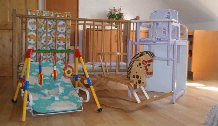 Auch für die ganz kleinen Gäste steht ein Gitterbett, Hochstuhl und Spielsachen zur Verfügung.