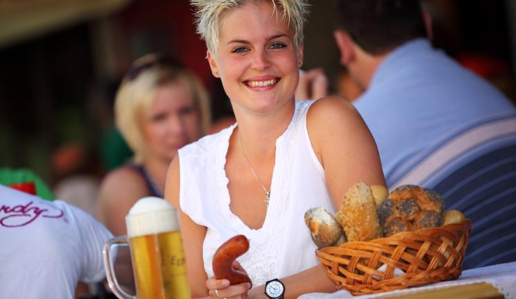 Bier, Wurst und Weckerl bei der traditionellen Kesselheißen!