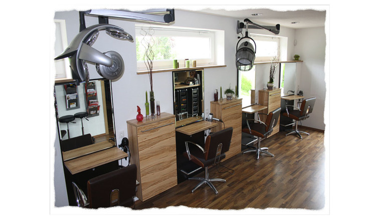 Blick in das Frisör Geschäft mit Stühlen, Tischen, Trockenhauben, Frisör-Bedarf