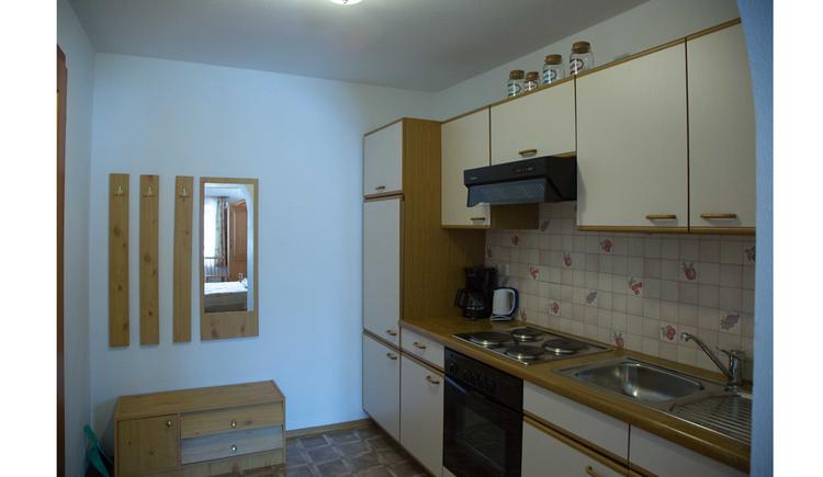 Küche, mit Spüle, Herd, Kaffeemaschine