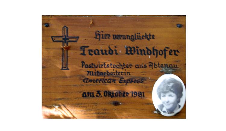 Blick auf eine Gedenktafel, Text, Foto seitlich