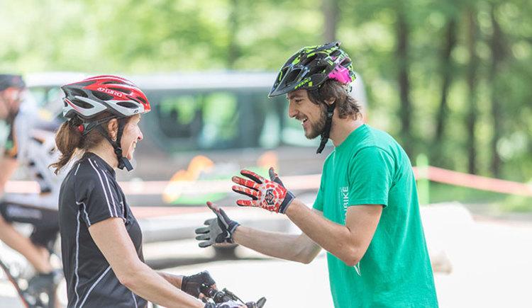 Nur wer sein Rad beherrscht, hat Spaß an der Sache! In diesem Fahrtechniktraining geht es in erster Linie um Sicherheit mit und rund ums Bike. Wir helfen Einsteigern, sich Grundkenntnisse im Fahrtechnikbereich anzueignen oder diese zu verbessern, um sich sicherer und besser auf dem Bike bewegen zu können. (© pyhrnPriel-mountainbike e.U.)