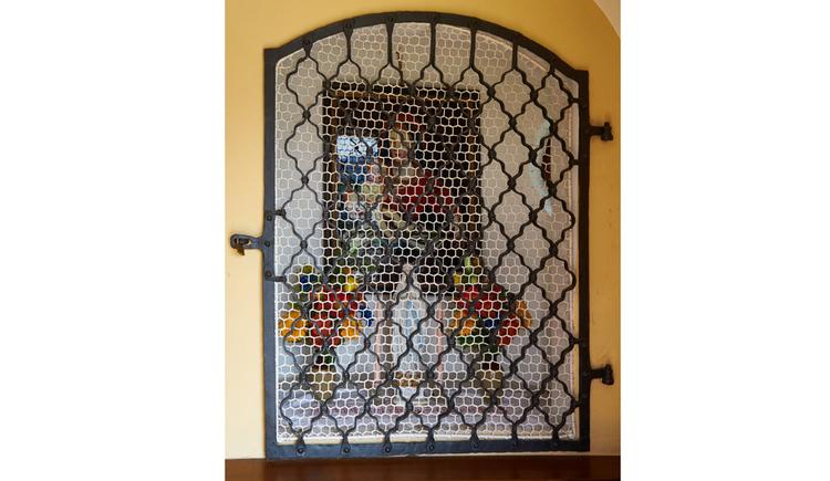 Blick durch ein Gitter auf den Alter und ein Marienbild