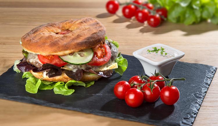 Bauernkrapfen pikant gefüllt und als Burger serviert. (© Bauernkrapfen-Schleiferei)