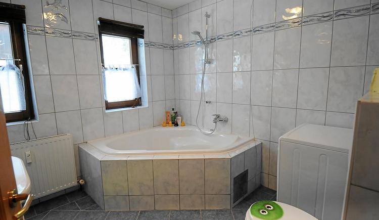Das Badezimmer im Apartment Hallstatt ist modern eingerichtet.