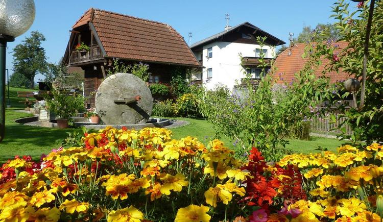 Blumenbeet mit Troadkasten