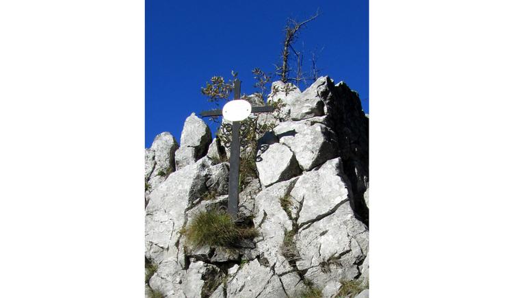 Blick auf ein Kreuz im Berg