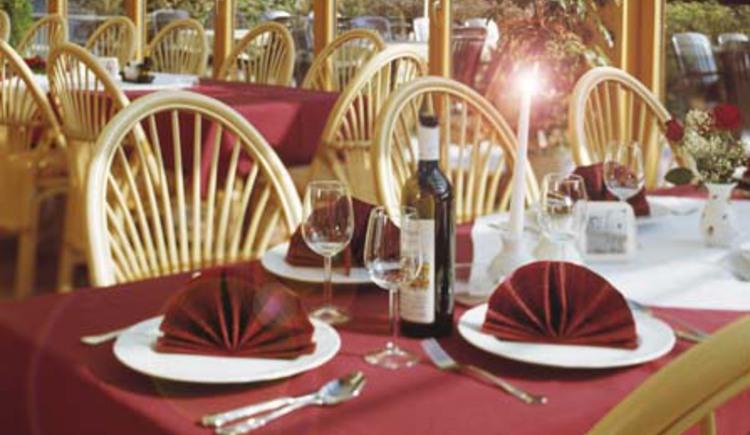 Gedeckter Tisch im Wintergarten des Gasthof Silbermair in St. Konrad im Almtal