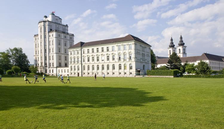 Die Sternwarte befindet sich beim Benediktinerstift Kremsm\u00fcnster.