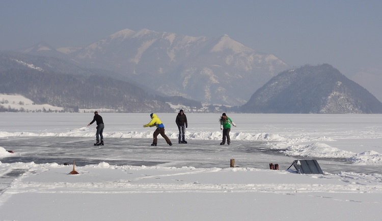 Eislaufen am Wolfgangsee. (© Hubert Lechner)