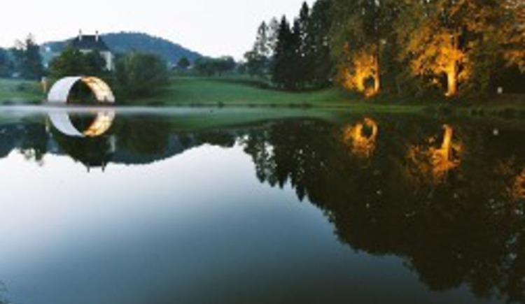 """Die Seebühne am Nepomukteich wird für zhalreiche Veranstaltungen genutzt, z. B. \""""Die kleinsten Seefestspiele Österreichs\"""""""