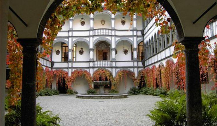 Arkadenhof im Herbst