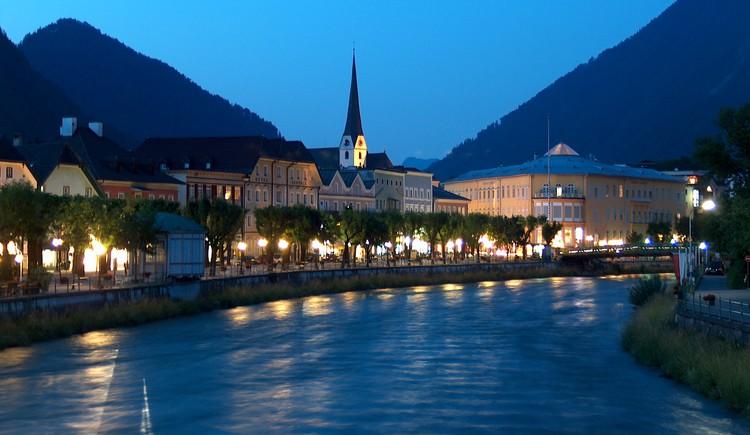 Eine warme Sommernacht in Bad Ischl ist für das Trinken ein kühles Glas Wein am Fluss Traun perfekt