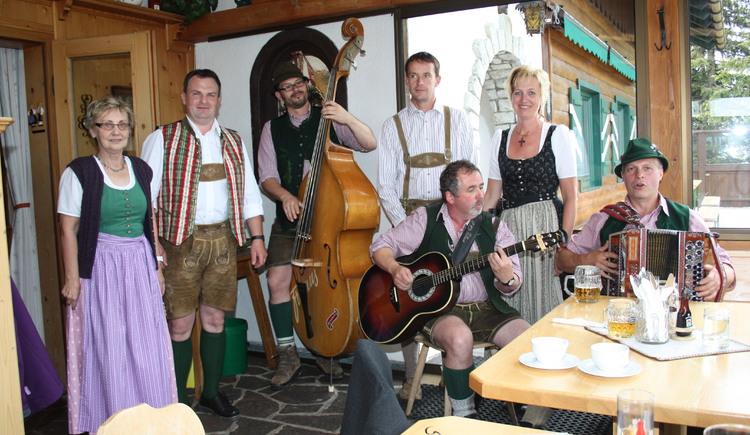 Anfangs Juli begeben sich viele Volksmusikgruppen mit den Besuchern des Festes auf die \