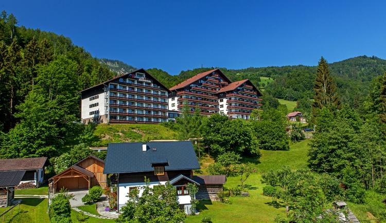 Das Alpenhotel Dachstein befindet sich auf einer Anhöhe und bietet einen herrlichen Blick über Bad Goisern. (© Alpenhotel Dachstein)