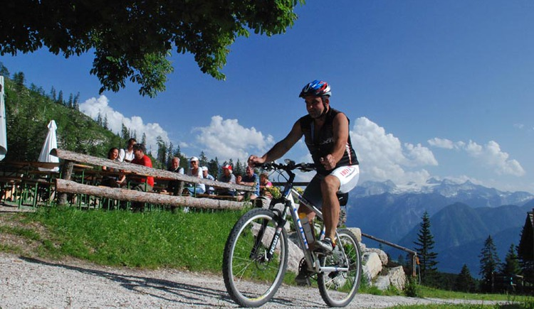 Not only for the Biker regular table every Wednesday numerous friends of the mountain bike sports go to the Hütteneck hut. Tip: Try the home-baked bread. (© Ferienregion Dachstein Salzkammergut / Torsten Kraft.Hallstatt)