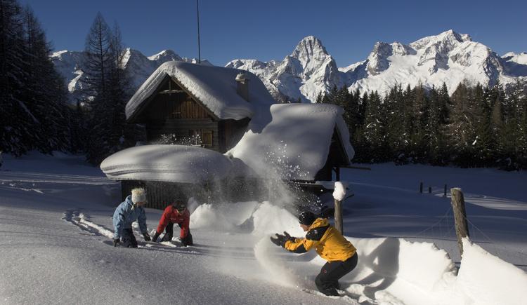 Schneeballschlacht in Hinterstoder (© OÖ Tourismus/Erber)