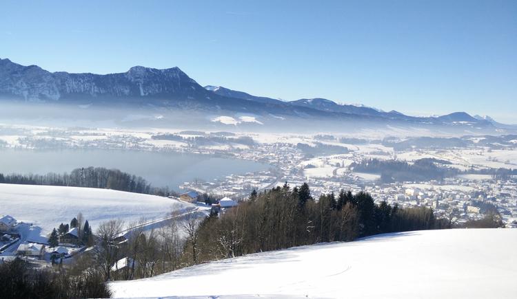 Ausblick auf die verschneite Landschaft, im Hintergrund die Berge