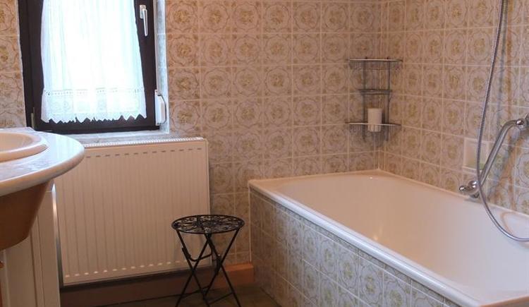 Badezimmer mit Wanne, Toilette, Waschmaschine (© Ferienhaus in der Schlipfing)